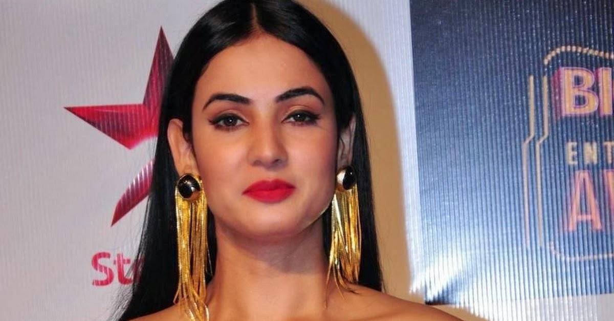 Sonal Chauhan 2018: Sonal Chauhan Hot Pics In Black Dress At BIG STAR