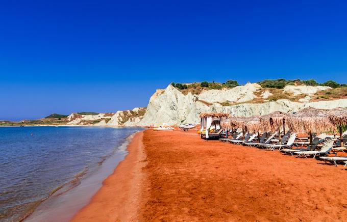 Η μοναδική παραλία στην Ελλάδα με πορτοκαλί άμμο