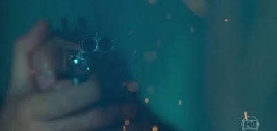 Isabel (Alinne Moraes) teve visão do disparo quando entrou no casarão dos Castelo na novela