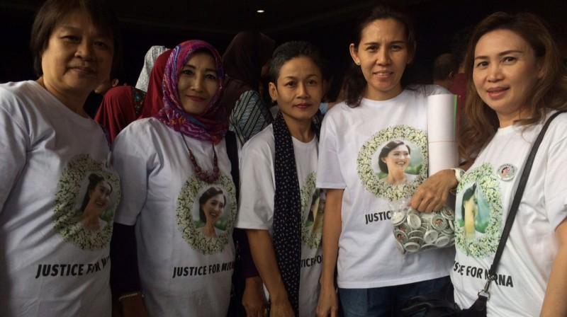 Keluarga Mirna Kompak Mengenakan Kaos Justice For Mirna