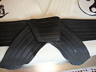 Detalle cinturón negro tarta karate