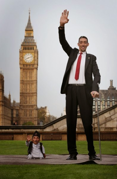 4588961942 394x600 Wow!!! At Last Worlds Tallest And Shortest Man Meets (See Photos)
