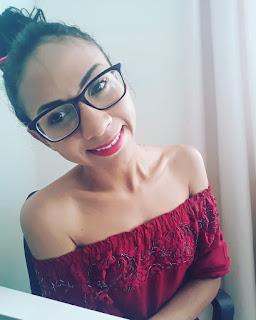 Rejane Santos com óculos de grau