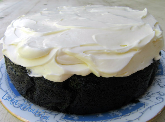 Laka kuharica. Black Guinness cake with froth. This cake is simply magnificent in it's damp blackness and it's frothy cream cheese frosting.