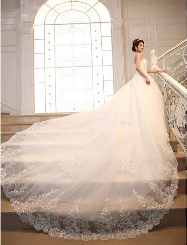 gaun pengantin putih modern samping tangga