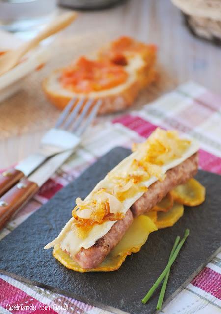Butifarra esparracada con brie y cebolla caramelizada sobre cama de patatas- cocinando-con-neus