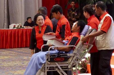 Megawati Beri Penghargaan Kader PDIP yang Dikeroyok FPI