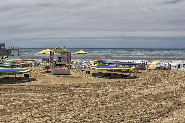 Paisaje de playa,camas elásticas y mar.