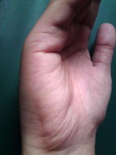 कनिष्का (छोटी ऊँगली) के तीसरे पर्व की जड़ में एक बिंदु लगा दे व दूसरा बिंदु हृदय रेखा पर सामने लगा दे अब इन दोनों बिन्दुओ को एक सीधी रेखा से खीचकर मिला दे।
