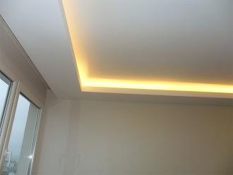 Kenarları sarı aydınlatmalı düz kartonpiyer tavan