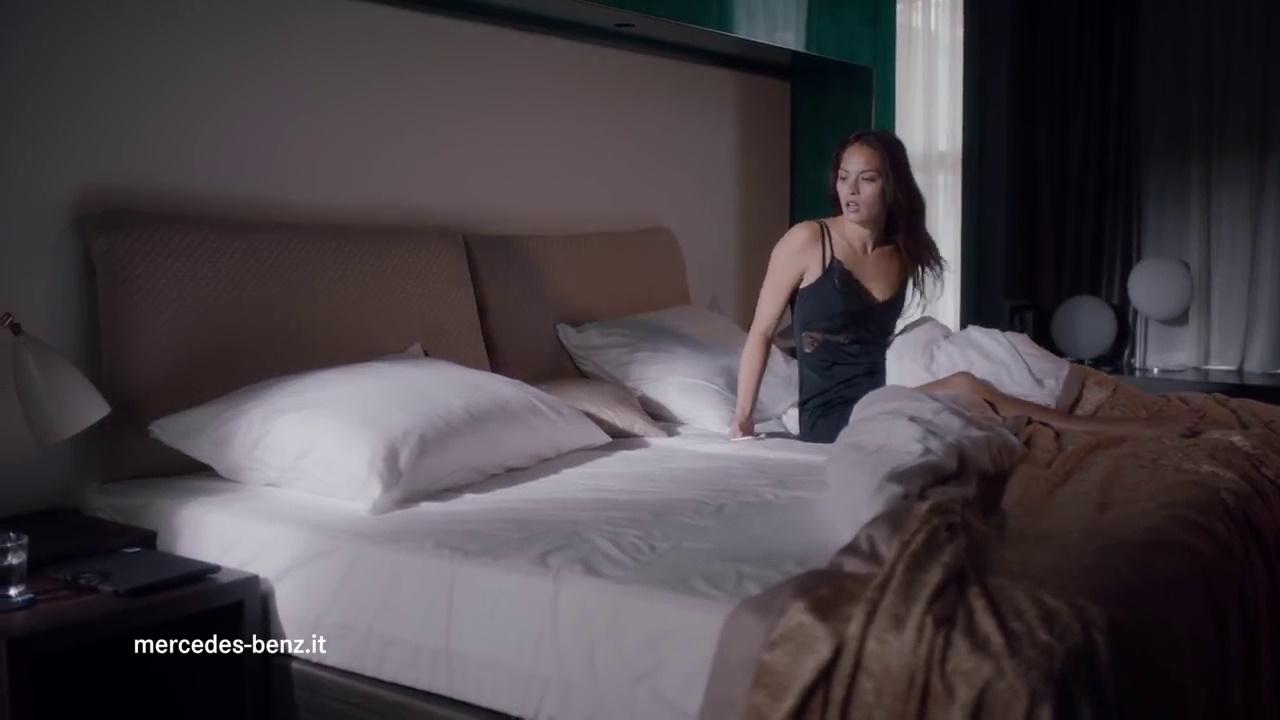 pubblicit mercedes nuova classe c coup con l 39 app che ne mostra la posizione. Black Bedroom Furniture Sets. Home Design Ideas