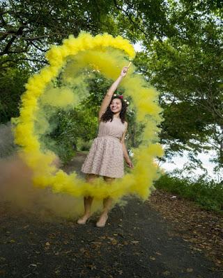foto de chica tumblr con humo amarillo
