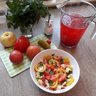 ogórki i pomidory z ogrodu oraz kompot żurawinowy