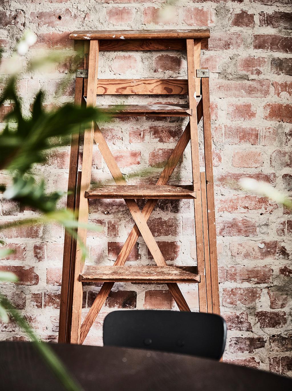 ladrillo caravista, ladrillo visto, escalera de pintor, escalera, decoracion con escalera,  planta, decoracion nordica, estilo nordico, escandinavo, escandinava, interiorismo, barcelona, alquimia deco,