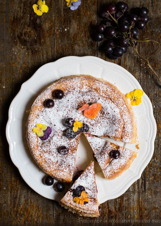 bizcocho sin azúcar con dos texturas y uvas negras