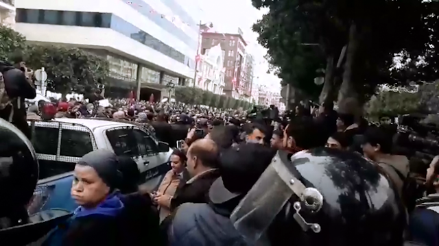 المحتجون يتحولون من امام المسرح البلدي الى شارع الحبيب بورقيبة