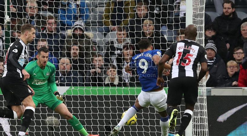 بثلاثية أستون فيلا يسقط امام اتفورد في الجولة العشرون من الدوري الانجليزي