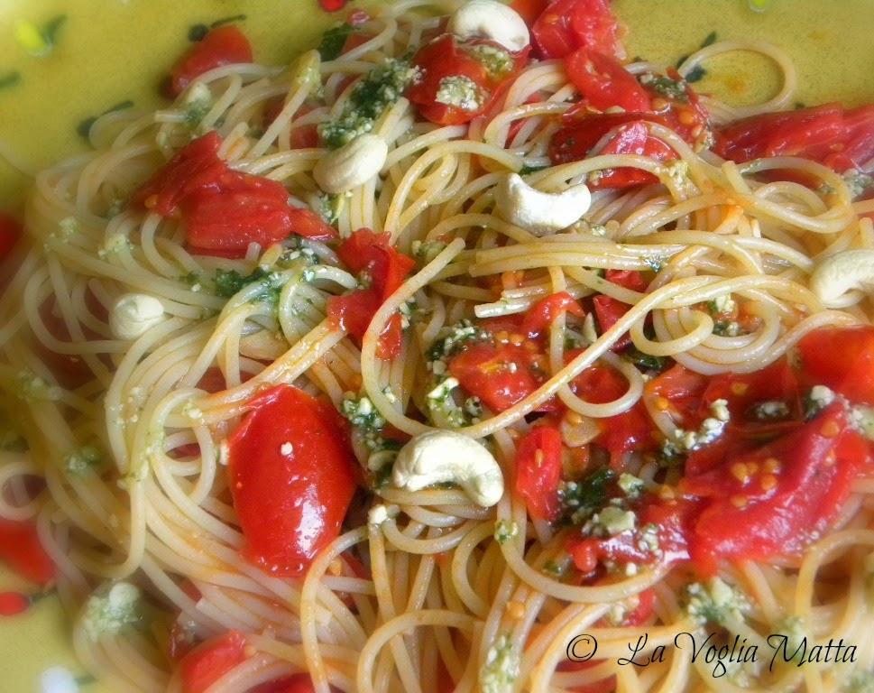 spaghetti al pesto di anacardi e pomodoro