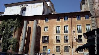 Edificio com colunas antigas