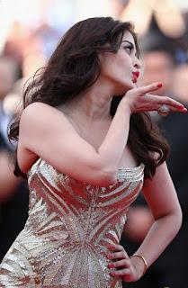 Aishwarya Rai Flying Kiss To The Fans