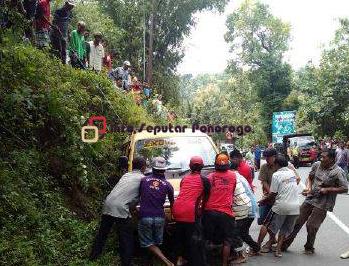 Diduga Kehabisan Bahan Bakar di Jalan Menanjak, Kendaraan Angkutan Desa Terguling di Jalan Raya Ngebel