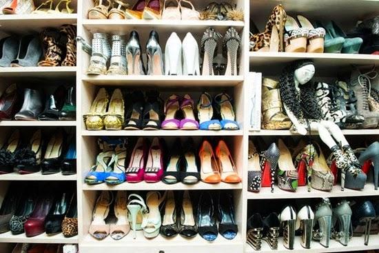 mengatur sepatu pada lemari pakaian anda