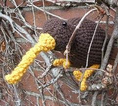 http://translate.google.es/translate?hl=es&sl=en&tl=es&u=http%3A%2F%2Fthe-arboretum.blogspot.com.es%2F2011%2F03%2Fkiwi-crochet-pattern.html