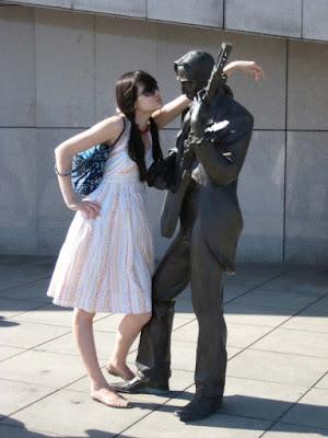 10 Kelakuan Manusia 'Mengeksplorasi' Patung yang Nggak Berdosa Ini Jahat!