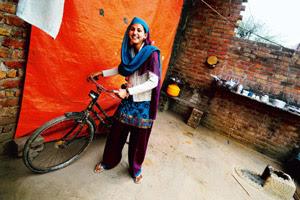 """Haryana Punjab Mein Light Bohet Jaati Hai. Punjab Mein Ek Aadmi Raat Ko Ghar Aya Kaam Karke Aur Darwaza Khatkataya To Ander Say Patni Ki Awaj Ayi Patni : """"Kaun?"""" Pati: """"Guddu Ka Papa"""" Patni: """"Haye Main Mar Gayi, Fir Ander K"""