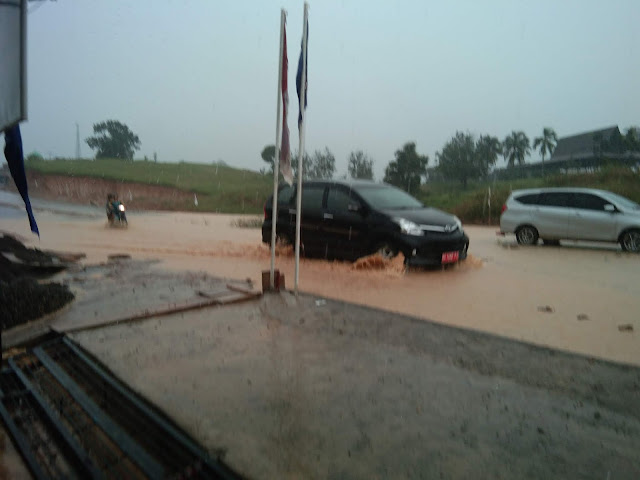 Diguyur Hujan Deras, Jalan Lintas Pelita PALI Tergenang Air