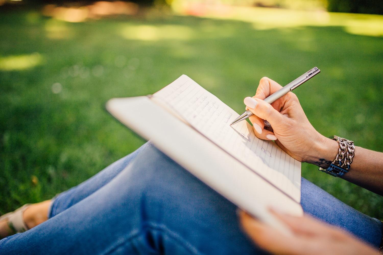 Dziewczyna, notatnik, trawa