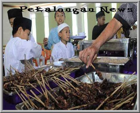 Takmir Masjid Al Ikhlas Ajak Anak Yatim Nikmati 1000 Tusuk Sate