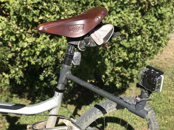 Cámara gopro sujeta en un lateral de la bici a 30 cm