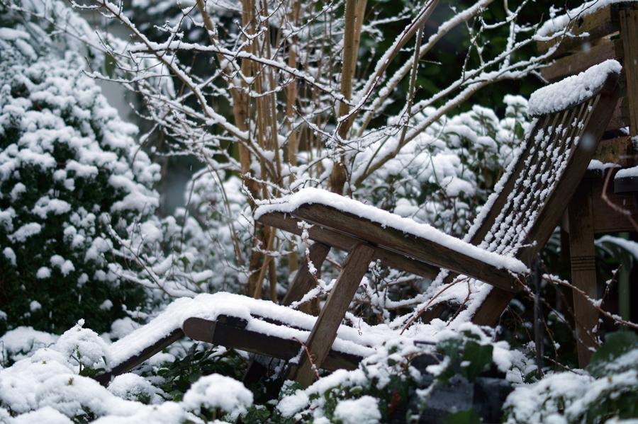 Blog + Fotografie by it's me! - Winter für einen Tag - verschneiter Deckchair im Obstgarten