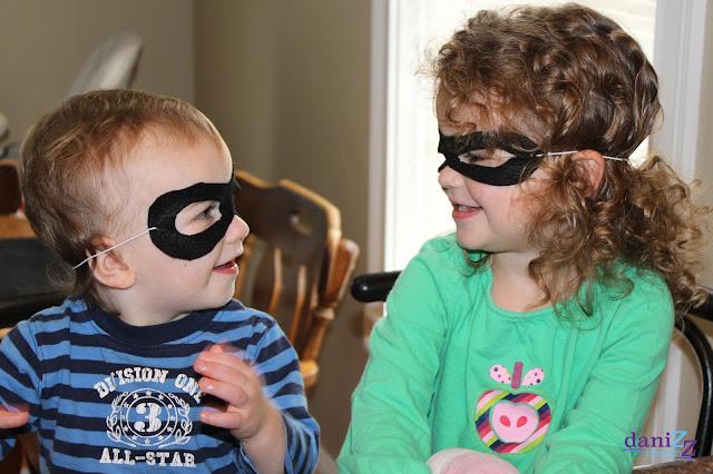 No-Sew Felt Mask, Felt Mask, No Sew Felt Mask, East Felt Mask, Easy Halloween mask, halloween mask, black mask, simple mask, felt mask, cheap mask, DIY Mask, DIY No Sew Mask, DIY No-Sew Mask, DIY Halloween Mask, DIY Felt Mask, DIY No-Sew Felt  Mask, DIY No Sew Felt Mask