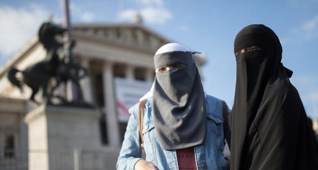 #Beč #Austrija #Migranti #Kriza #Uznemiravanje #Devojke