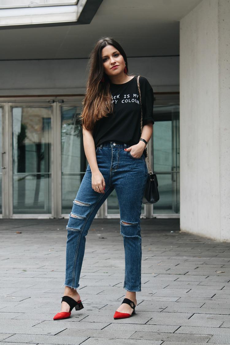 Blog de moda outfit con jeans y zapatos mules rojos