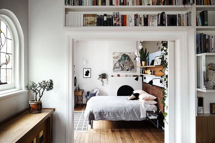A book lover 39 s bedroom content in a cottage for Bedroom ideas for book lovers