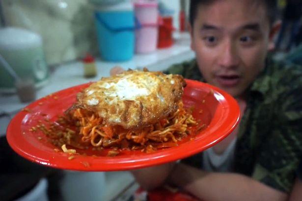 BEN Sumadiwiria menunjukkan mi paling pedas di dunia di sebuah gerai kecil di tepi jalan di Jakarta