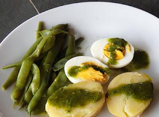 Mojo verde con judías, patatas y huevos