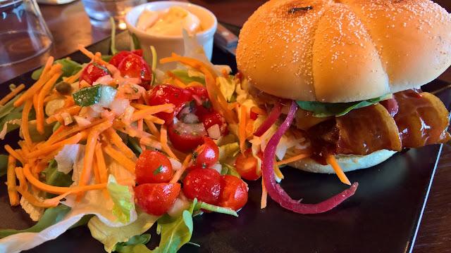 mallaspullan hampurilaistesti jyväskylä hampurilainen huviretki pekoni-bbq-burger salaatti