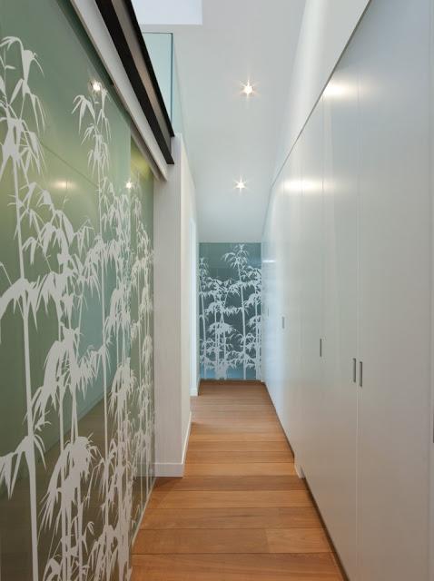 Desain interior ruko hitam putih, inspirasi koridor