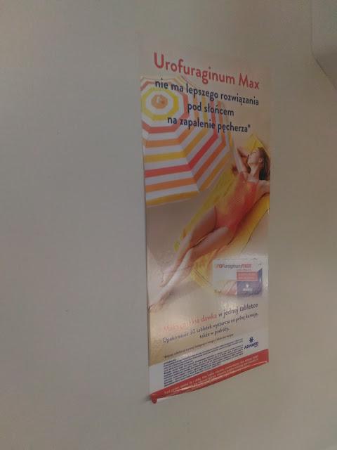 reklama Urofuraginum nad schodami w pociągu