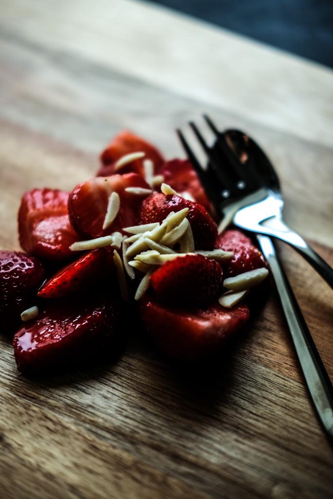 www.fim.works | Lifestyle Blog | frische Erdbeeren mit Mandelstiften