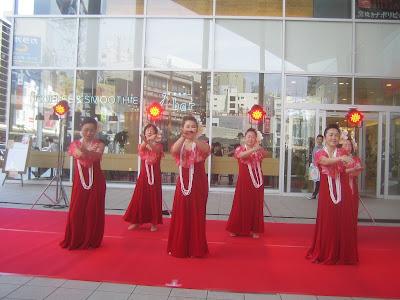 真っ赤な衣装のフラダンス