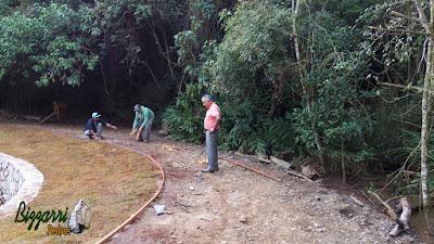 Bizzarri, da Bizzarri Pedras, visitando a obra onde estamos fazendo o muro de pedra com o caminho em volta do lago em restauração do lago em Cotia-SP, sendo muro com pedra rachão. 15 de maio de 2017.