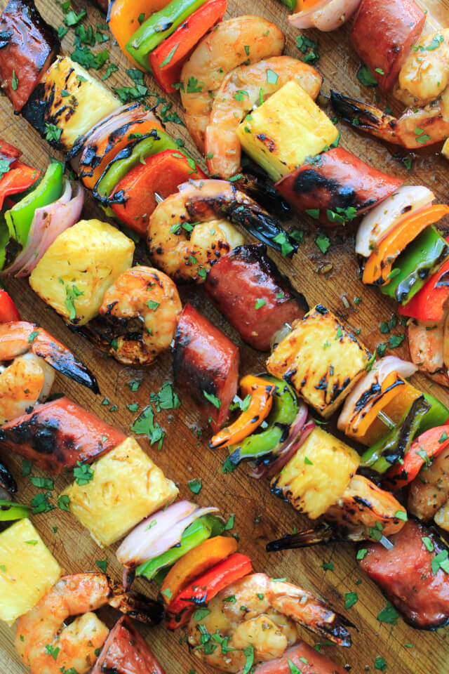 This Pineapple Shrimp and Kielbasa Kabobs recipe pairs tender marinated shrimp with lean turkey kielbasa and fresh vegetables for a colorful kabob that cooks on the grill in less than 10 minutes! #Ad  @Rubbermaid