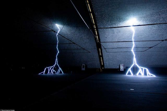 Relâmpago - instalação de Gisela Motta e Leandro Lima em exposição mo Museu Oscar Niemeyer