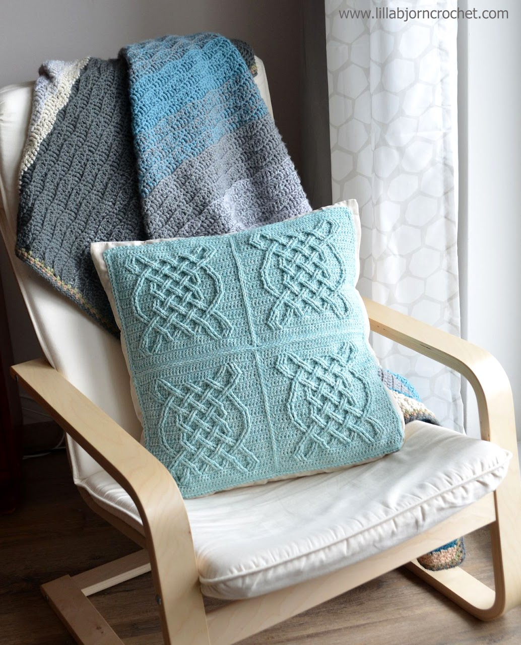 Celtic Tiles pillow - FREE overlay crochet pattern by Lilla Bjorn