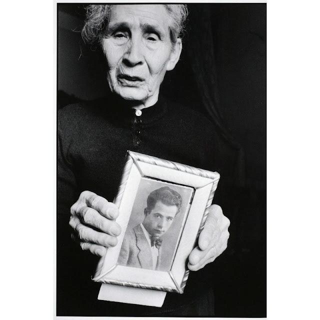 Fotografia di Letizia Battaglia. Ritratto di madre con la foto del figlio scomparso